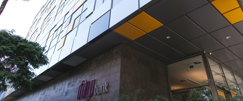 Compromisso Nubank contratar 2 mil negros: imagem da fachada do prédio do Nubank com o logo roxo e vidros amarelos, cinzas e pretos