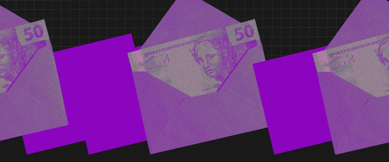 um envelope lilás com uma nota de 50 reais dentro, em um fundo preto e dois quadrados roxos ao lado