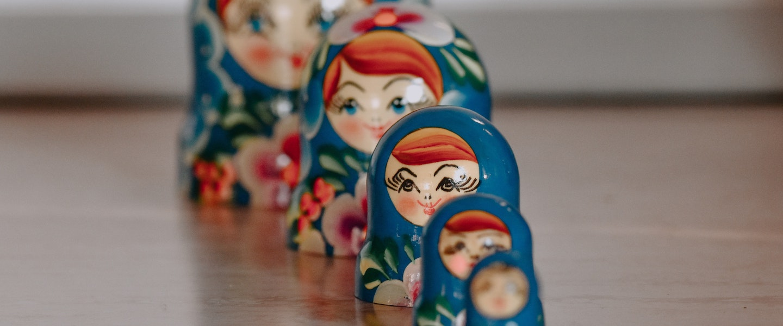 TAM SAM SOM tamanho de mercado: fotografia de bonecas russas uma em frente à outra