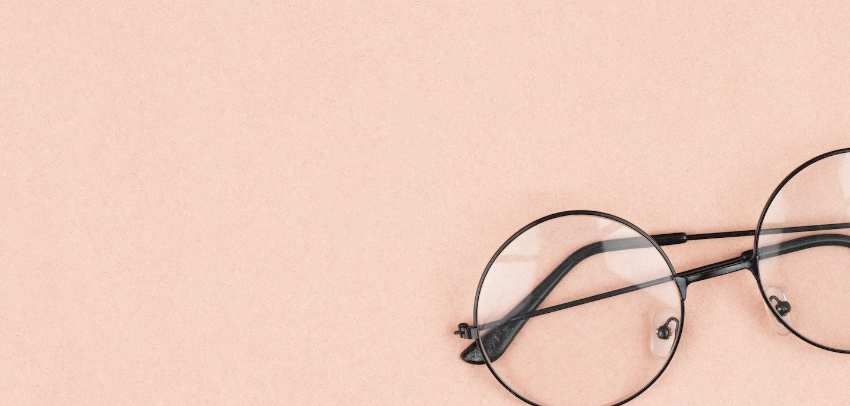 imagem de um óculos em um fundo rosa claro