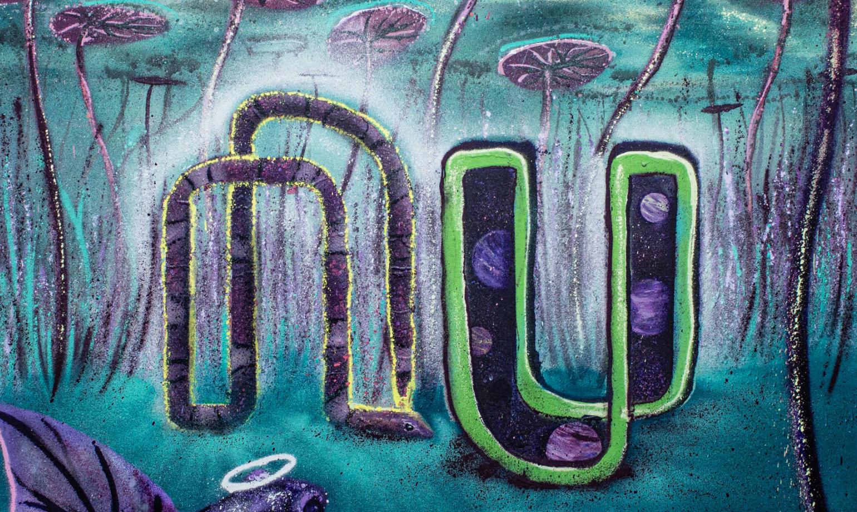 Grafite com logo do Nu em tons de roxo e verde, com vitória régia no fundo do mar