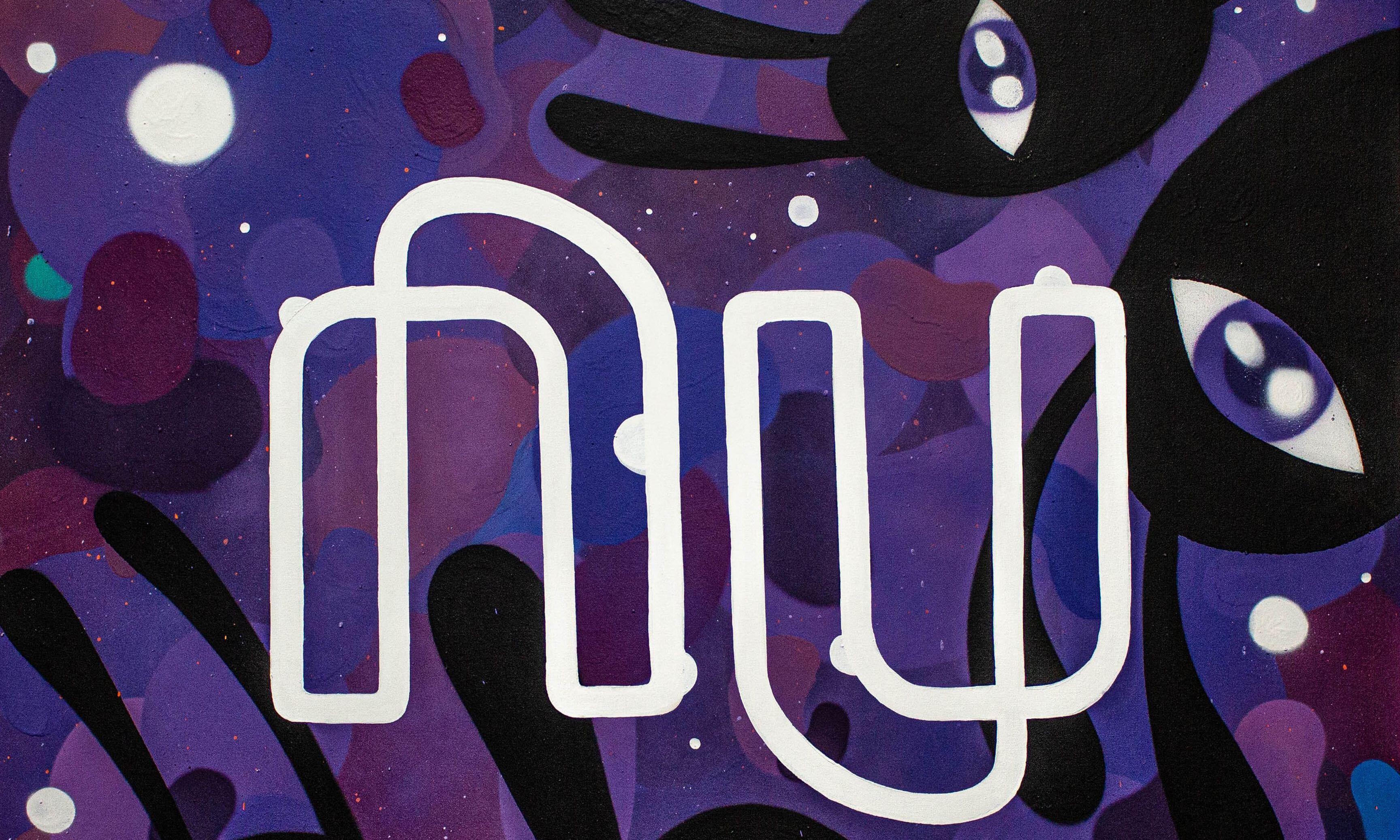 Grafite em tons de roxo, com olhos em preto com antenas com o logo do Nu em branco no meio