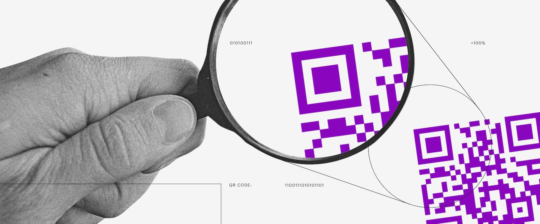 ilustração mostra uma mão segurando uma lupa e olhando para um QR Code roxo aumentado