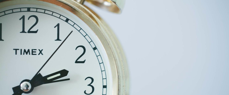 foto de um relógio em um fundo branco