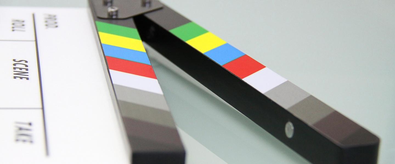 indústria do cinema: claquete branca com pontos coloridos na parte superior