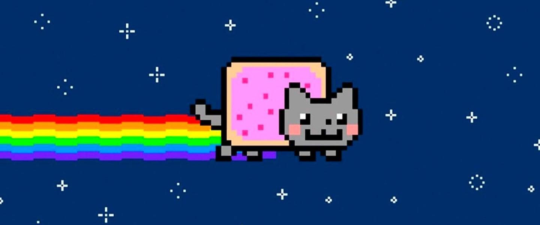 Imagem do meme Nyan Cat: desenho de um gato em pixels voando pelo espaço sideral. Atrás de sua cauda vem um arco-íris.