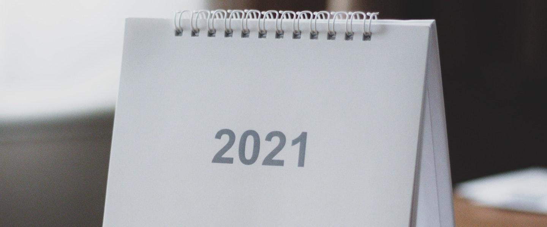 um calendário branco de mesa com 2021 na capa