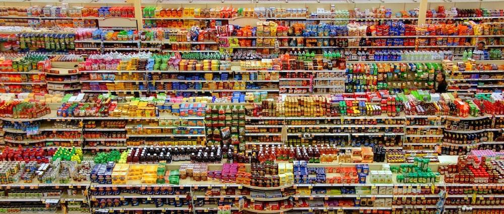 Vista de cima dos corredores lotados de um supermercado.