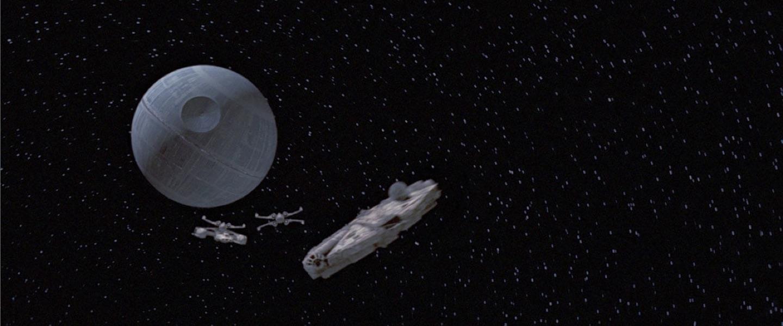 Foto do filme Star Wars mostra o espaço com a estação Estrela da orte, redonda, e duas naves perseguindo a Millenium Falcon. Credito da foto: Divulgação StarWars.com