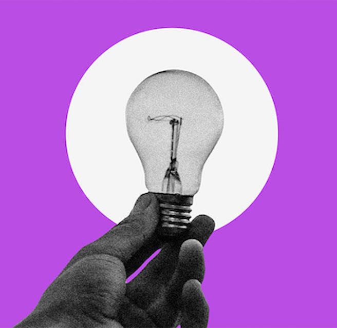imagem de uma mão segurando uma lâmpada em um fundo roxo com um círculo branco