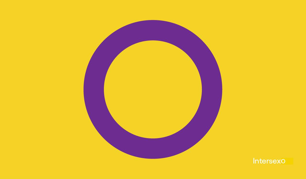 Nosso roxo é de orgulho: imagem da bandeira intersexo, composta por um círculo vazio com contorno roxo e um fundo amarelo