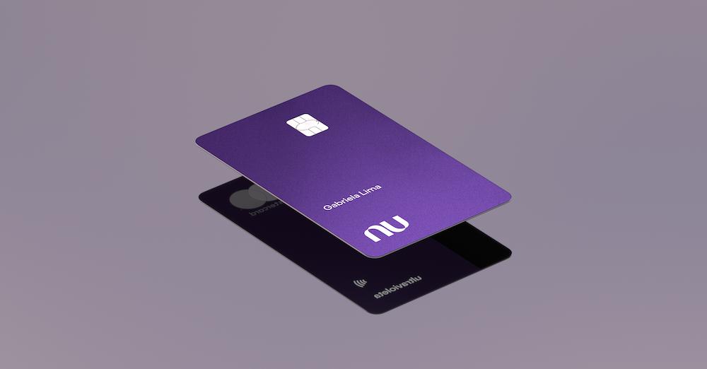 Imagem de um cartão Nubank Ultravioleta flutuando sobre uma superfície espelhada.