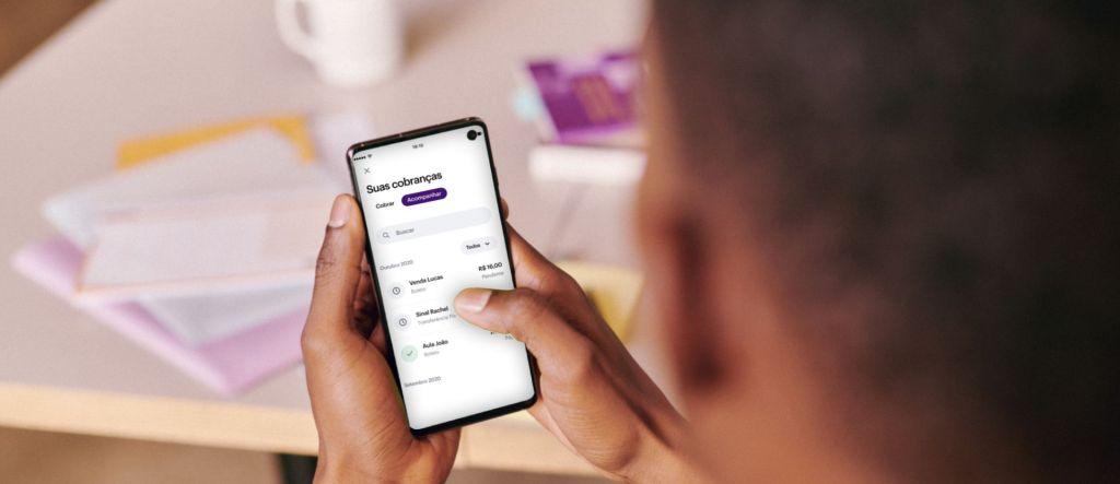imagem de um homem com um celular na mão observando a área de cobranças da conta PJ