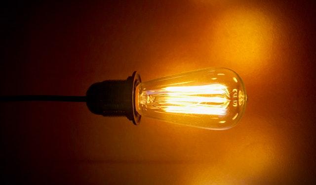 A conta de luz vai continuar mais cara em agosto de 2021: entenda a bandeira vermelha