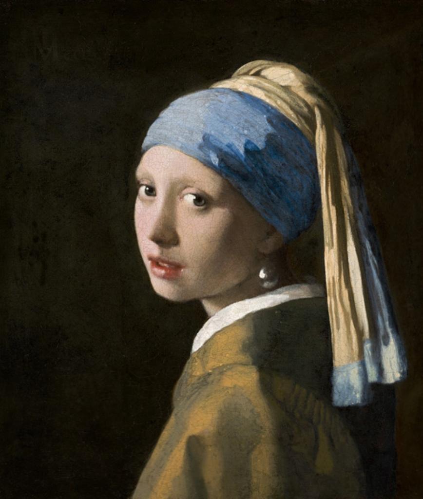 Reprodução da pintura de Vermeer em que aparece uma moça jovem olhando de perfil em direção ao observador, com um pano azul e amarelo sobre a cabeça e um manto bege e um brinco de pérola na orelha