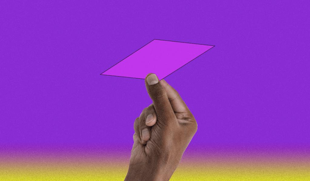 Imagem com um fundo roxo. Mais para baixo, ela vai mudando em degradé para rosa e depois amarelo. No meio da imagem uma mão aparece segurando um losango rosa entre os dedos.
