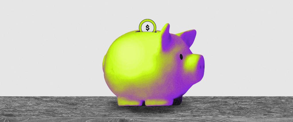 Investir em ações; ações. Imagem com fundo cinza mostra um porco nas cores verde e roxo com uma moeda em seu topo, fazendo alusão a um cofrinho de moedas.